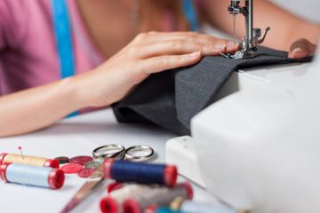 Sarta a lavoro con macchina da cucire, orizzontale