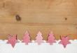 Holzbrett als weihnachtlicher Hintergrund mit Rot