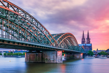 Hohenzollern Brücke mit Blick auf den Kölner Dom Sonnenuntergang