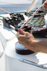 Segler legt Tauwerk über einen Winsch - Segeln