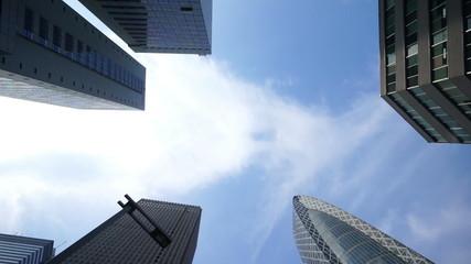東京 高層ビル街 空を見上げる。