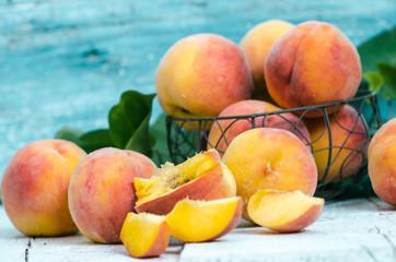 Den Geschmack des Sommers genießen: frisch geerntete Pfirsiche
