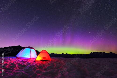 Aluminium Noorderlicht aurora borealis and tents on snow mountain