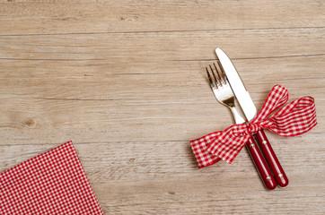Tisch mit Messer und Gabel und Serviette