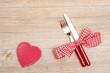 Messer und Gabel und rotes Herz mit weissen Punkten