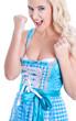 Hübsche junge Frau im Trachtenkleid am Oktoberfest