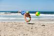 junger sportlicher mann im sprung beim beach volleyball