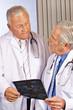 Zwei Ärzte reden über Röntgenbild