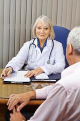Ärztin bei Sprechstunde in Arztpraxis