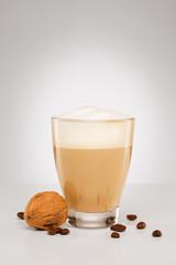 cappuccino mit kaffeebohnen und walnuss
