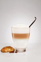 latte macchiato mit vanille und keks