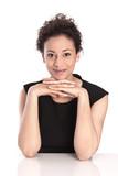 Geschäftsfrau sitzend, lachend, isoliert im Büro