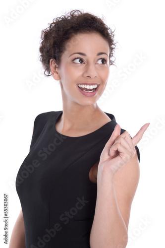Lachende junge Frau im Business Look zeigt auf etwas