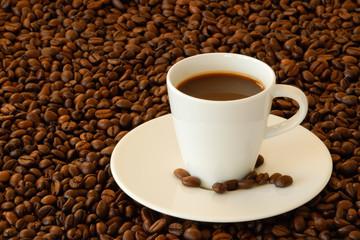 Espressotasse inmitten von Espressobohnen