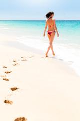 Frau läuft ins Meer