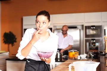 Frau probiert Essen