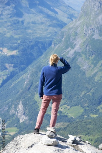 Woman Searching efter Something