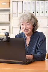 Seniorin telefoniert über das Internet