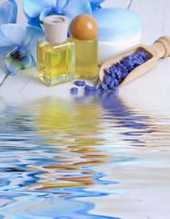 aceites y orquídea azul con reflejo en el agua