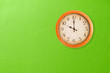 Leinwanddruck Bild - Clock showing 10 o'clock on a green wall