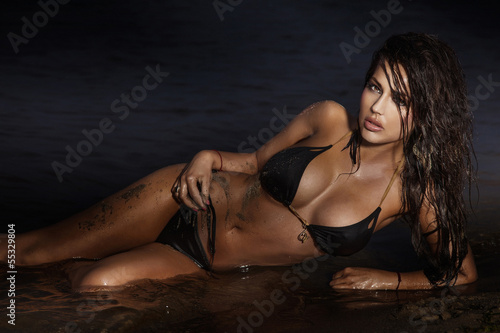 Sensual brunette woman posing on the sea. © pawelsierakowski