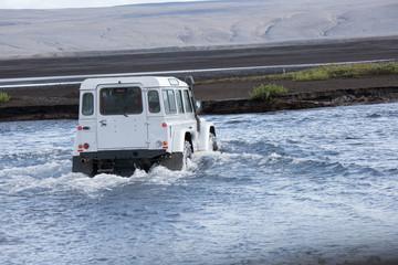 Auto che attraversa fiume
