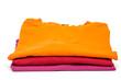 Drei T-Shirts in orange, rot und violett