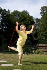 Ältere Frau macht Übungen mit dem Springseil