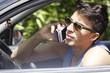 bel ragazzo con cellulare in macchina
