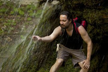 Wanderer unter einem Wasserfall