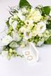 Obrączki, bukiet ślubny, kwiaty.
