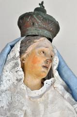 Vecchia statua della madonna, primo piano del viso