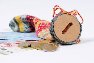 Sparstrumpf mit Euro Scheinen und Euro Münzen