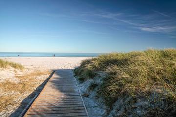 Steg und weißer Sandstrand auf Bornholm