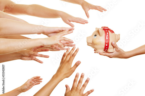Viele Hände greifen nach Sparschwein