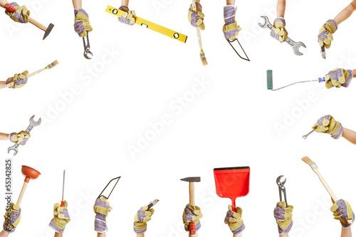 Viele Hände halten Werkzeuge