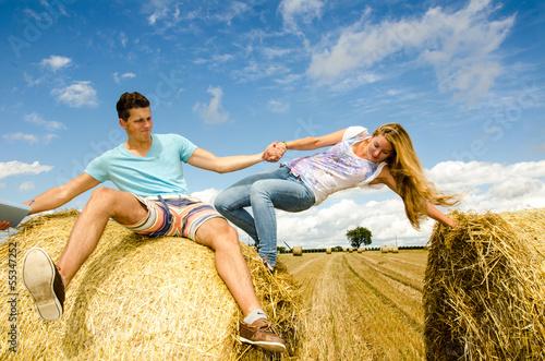 Fröhlichkeit:  junge Menschen klettern auf Strohballen