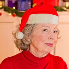 Attraktive Großmutter mit Weihnachtsmann-Mütze