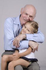 Портрет пожилого мужчины обнимающего внучку