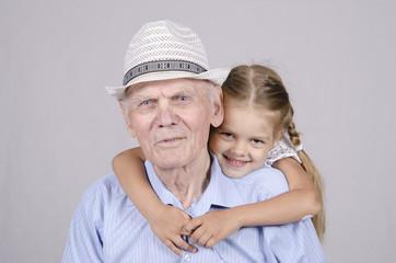 Портрет пожилого мужчины восьмидесяти лет с правнучкой
