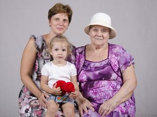 Семейный портрет ребенка, бабушки и прабабушки