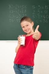 Schülerin trinkt Schulmilch