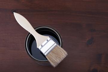 barattolo di vernice con pennello