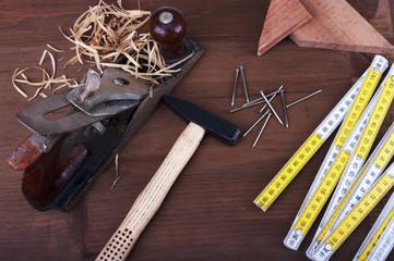 piano di lavoro con  strumenti da falegname