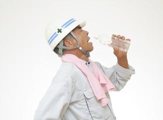 水分補給をする作業員