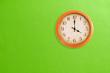 Leinwanddruck Bild - Clock showing 4 o'clock on a green wall