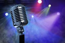 Vintage mikrofon na scenie