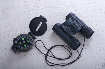 bussola e binocoli su carta nautica
