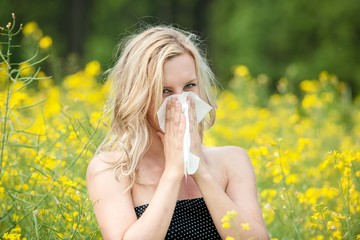Junge Frau geplagt von Heuschnupfen