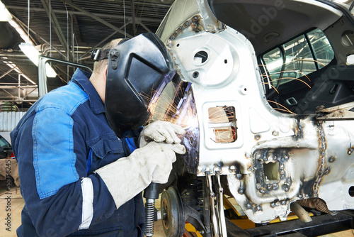 Leinwanddruck Bild repairman welding metal body car